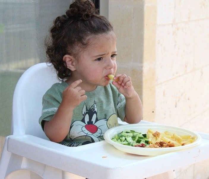 toddler eating solid foods